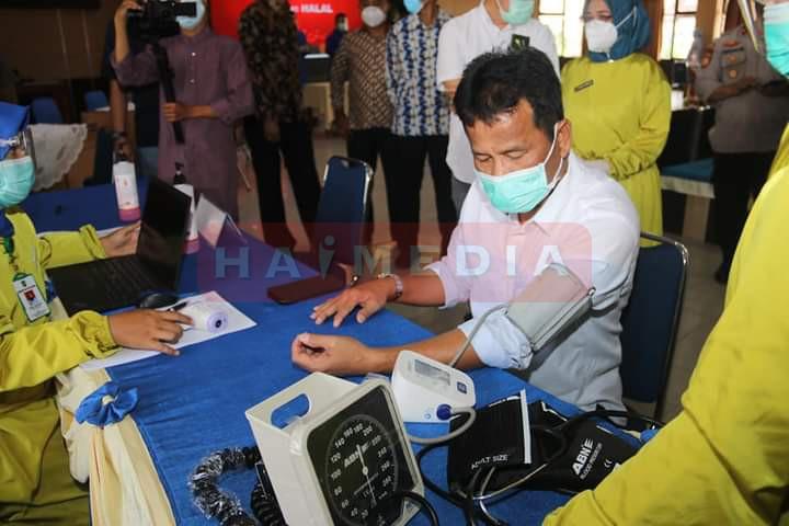 Secara simbolis, vaksin diberikan kepada pejabat di lingkungan Pemerintah Kota (Pemko) Batam, tokoh masyarakat, tokoh agama, dan pengusaha di Kantor Wali Kota Batam, Jumat (29/1/2021).