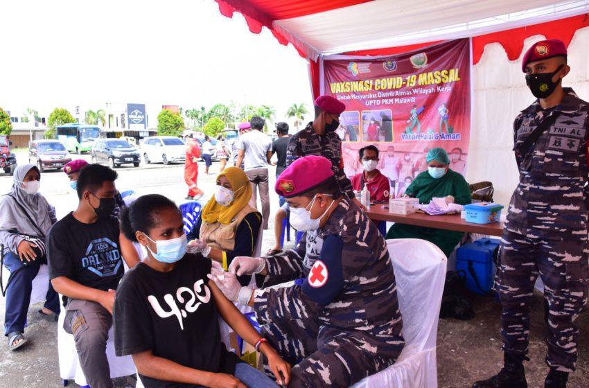 Pasmar 3 bersama dengan UPTD Puskesmas Mariat menggelar serbuan vaksinasi kepada masyarakat maritim di Puskesmas Mariat, Kelurahan Mariyai, Distrik Mariat, Kab. Sorong, Papua Barat. Sabtu (31/07/2021).