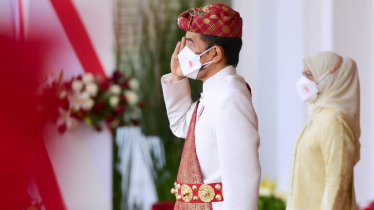 Presiden Joko Widodo tampak mengenakan pakaian adat khas Lampung saat memimpin Upacara Peringatan Detik-Detik Proklamasi di Istana Merdeka, Jakarta, pada Selasa, 17 Agustus 2021. Foto: BPMI Setpres/Muchlis Jr.