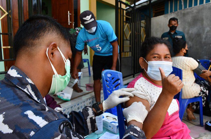 Kegiatan Vaksinasi Covid-19 dilaksanakan di Pulau Kosong, Distrik Jayapura Selatan, Kota Jayapura, Jumat (03/09/21).