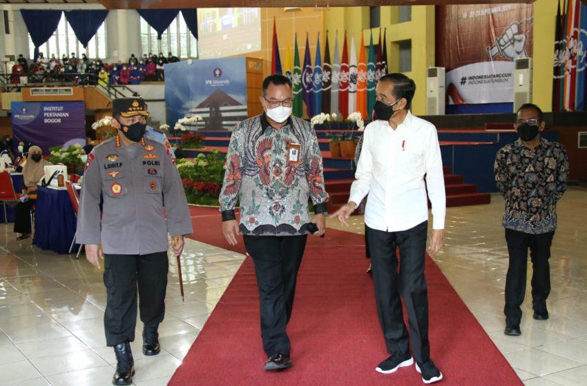 Presiden Indonesia Joko Widodo (Jokowi) yang didampingi oleh Kapolri Jenderal Listyo Sigit Prabowo, di Institut Pertanian Bogor (IPB), Rabu (22/9/2021)